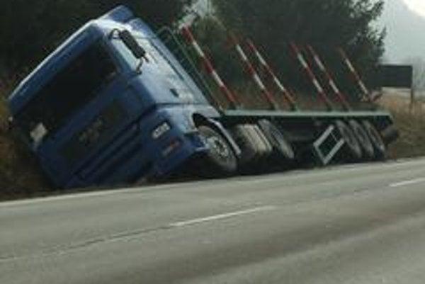 Čím užšia a kľukatejšia cesta, tým rýchlejšie jazdia kamióny s nákladom dreva i bez neho. Nehody sú na dennom poriadku.