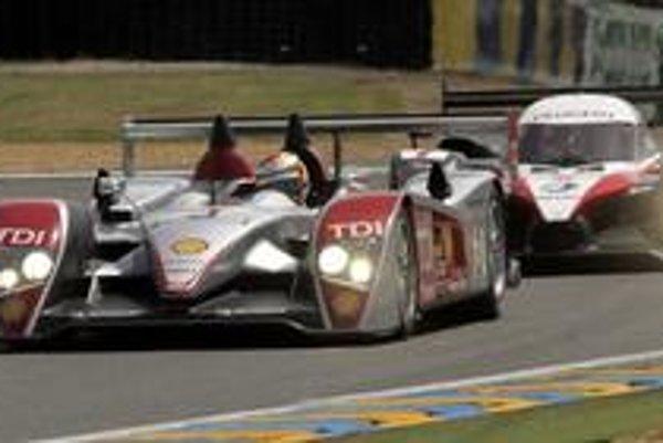 Víťazné Audi R10 TDI pred druhým v cieli Peugeotom 908 HDi FAP na 75. ročníku vytrvalostných pretekov v Le Mans.
