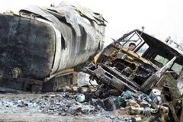 Vyšetrovateľ nehody skúma kolíziu a výbuch na diaľnici vo východnej Čínskej provincii Shandong. Kamión naložený zábavnou pyrotechnikou vybuchol po náraze do ďalších dvoch nákladiakov, pri čom štyria ľudia zahynuli a jeden bol zranený.