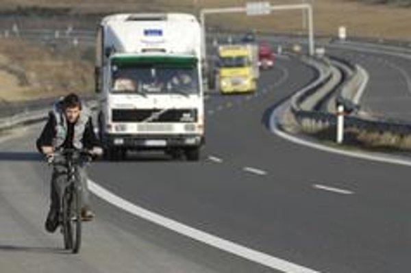Pripravované opatrenia sú v poriadku, zatiaľ sa však nedodržiavajú ani tie súčasné, keď naši cyklisti jazdia aj po diaľnici.