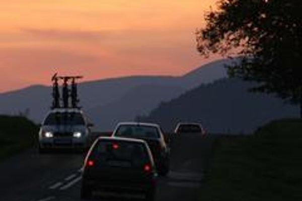 Tak banálna vec ako celoročné  používanie svetiel počas dňa je horúcou témou, pritom aj pri zdanlivej dobrej viditeľnosti vidieť auto oveľa skôr.