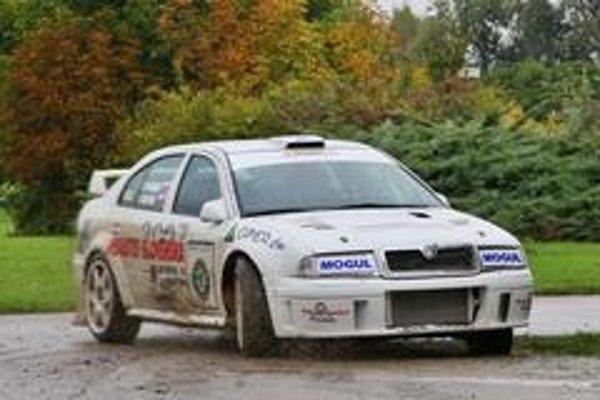 Zážitky  na sedadle spolujazdca spestrila mokrá cesta  znečistená blatom. Zástupcu našej redakcie previezol majster volantu Igor Drotár na vozidle najvyššej špecifikácie WRC, ktoré dosiahne stokilometrovú rýchlosť za 3,5 s.
