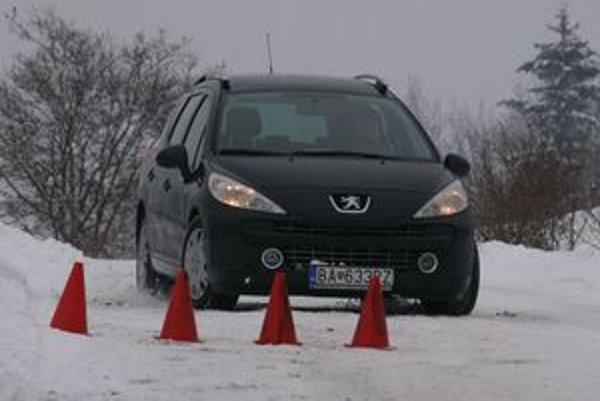 Na zasneženej ceste je brzdná dráha trikrát dlhšia. Pri obchádzaní prekážky radšej nebrzdite.