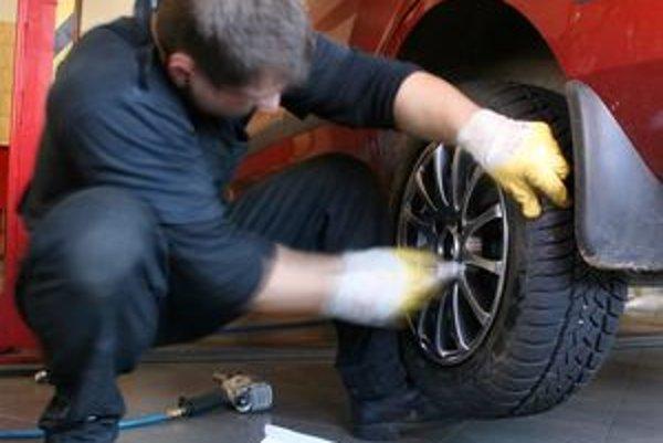 Predčasným prezutím sa vyhnete tradičnému jarnému návalu v pneuservisoch. Riskujete však pri jazde v noci alebo ráno.