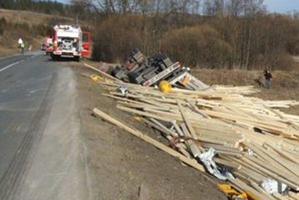 Dopad neodvratného zhustenia  nákladnej dopravy v regióne môže zmierniť iba zodpovednejší prístup vodičov kamiónov, postavenie obchvatu Brezno – Polomka a častejšie policajné kontroly kamiónovej dopravy.