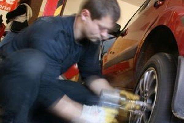 Rýchlosť prezutia v pneuservise nerozhoduje. Dôležitý je prístup k zákazníkovi a kvalita práce.