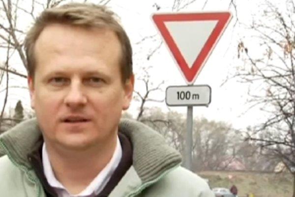 Kedy dať prednosť v jazde? Od križovatky až do vzdialenosti sto metrov alebo na križovatke, ktorá je vzdialená sto metrov?