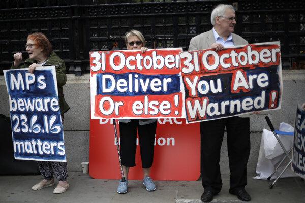 Pred parlamentom pokračujú demonštrácie zástancov aj odporcov brexitu.