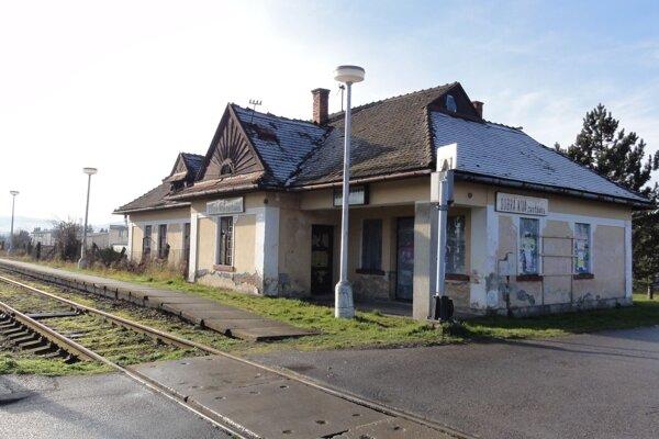 Železničná zastávka v strede obce.