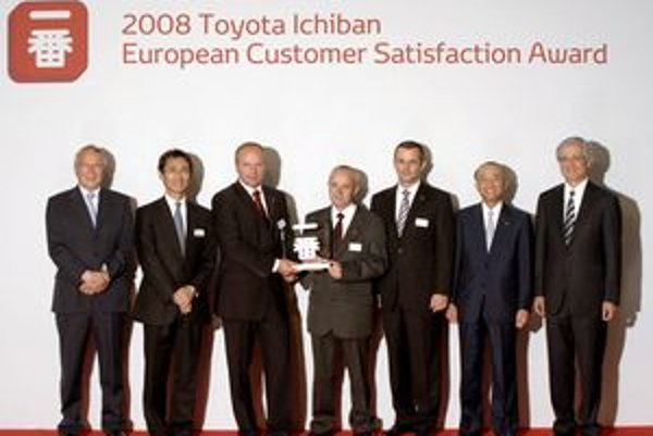 Na slávnostnom vyhlásení v Londýne prevzali cenu majitelia spoločnosti AT, Jozef Poláček a Stanislav Kucharčík od Tadashi Arashima, prezidenta spoločnosti Toyota Motor Europe, prezidenta spoločnosti Toyota Motor Corporation Katsuaki Watanabeho.