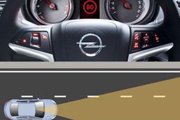 Kamera sním obraz pred autom a počítač vyhodnotí, či vodič nevybočil z pruhu a aké dopravné značky sú pred autom.