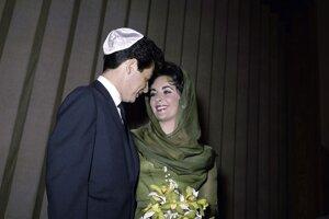 Na svoj štvrtý príchod k svadobnému oltáru si herečka Elizabeth Taylor zvolila olivovozelené decentné šaty. Vydávala sa v nich v roku 1959 za Eddieho Fischera v Las Vegas.