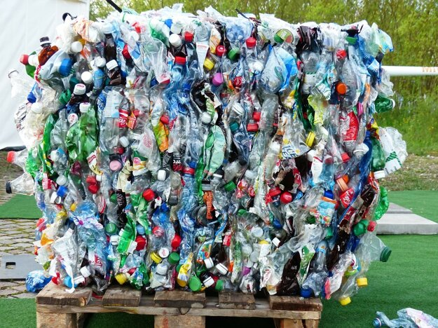 30 vyzbieraných plastových fliaš stačí na výrobu jednej fleecovej bundy, zo 150 vyzbieraných plastových fliaš môže byť jeden koberec.