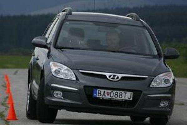 Dlhý rázvor náprav  dobre vedie stopu, ale uberá z obratnosti pri prudších manévroch. Hyundai i30cw je za danú cenu veľmi dobré auto.