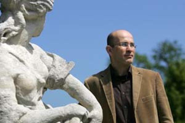 Prof. RNDr. Ľubomír Tomáška, DrSc. (1966) vybudoval v 90. rokoch spolu s kolegom Jozefom Nosekom laboratórium katedier biochémie a genetiky, v ktorom sa so študentmi venujú výskumu biológie bunky. Je vedúcim katedry genetiky Prírodovedeckej fakulty UK