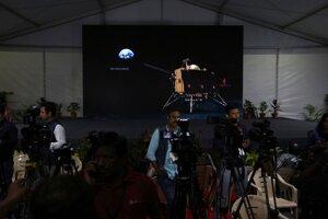Zábery pristávacieho modulu Čandraján-2 sú zobrazované na obrazovke v mediálnom centre v Indickom vesmírnom stredisku.
