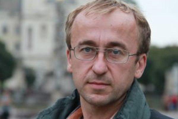 Narodil sa v roku 1966 v Košiciach, vyštudoval Elektrotechnickú fakultu Technickej univerzity v tom istom meste. Pracoval vo VSŽ, kde sa venoval vývoju elektroniky, výrobe hybridných integrovaných obvodov a plošných spojov, neskôr v súkromnej firme, zamer