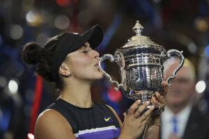 Bianca Andreescuová s trofejou po výhre vo finále US Open 2019 proti Serene Williamsovej.