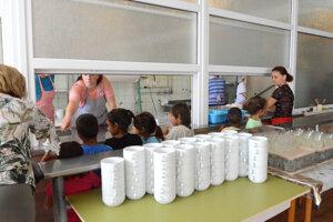 Kuchárky v základnej škole vo Veľkej Ide sa od rána nezastavia, varia pre školákov aj škôlkarov.