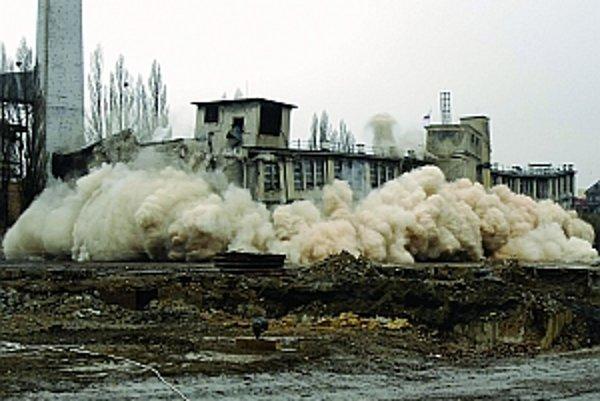 Búranie budov bratislavskej továrne Kablo v roku2008 vyvolalo veľa otázok o ochrane technickýchpamiatok. Situácia sa zatiaľ veľmi nezlepšila.Pamiatkový úrad aspoň mapuje, čo všetko naSlovensku máme. Na snímke odstrel starých budovv roku 2008