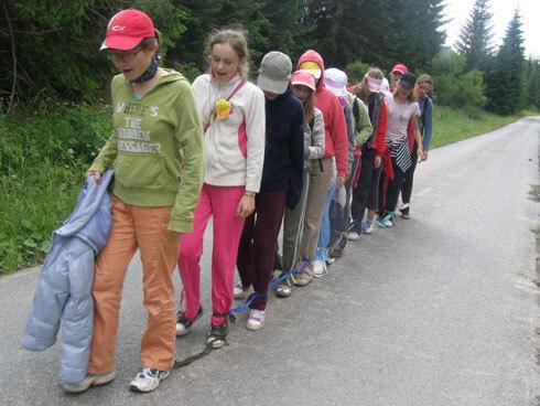 na celodennej túre mali dievčatá na staršom turnuse prejsť zo slanej vody cez 7-kilometrovú oravskú polhoru a späť. mladší turnus dievčat smeroval na babiu horu. úsek cesty mali účastníčky sťažený tým, že boli navzájom priviazané.