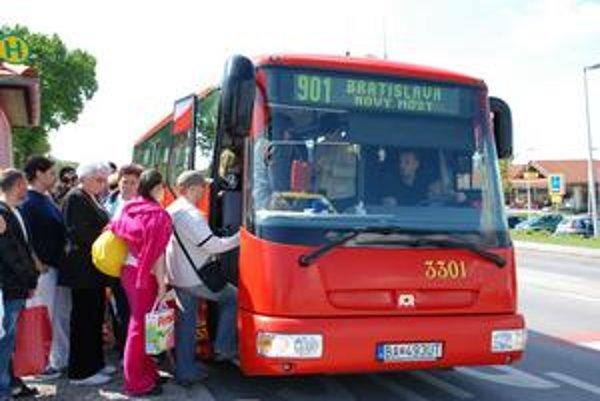Tlačenica pri nástupe do 901-ky, ktorá spája centrum mesta s rakúskym Hainburgom. Cestovné poriadky sú podľa občianskeho združenia mhd.sk dôležité. Na novej stránke DPB chýba vyhľadávač aj jazykové mutácie.