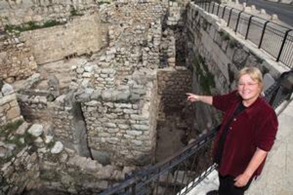 Archeologička Eilat Mazarová ukazuje miesto nálezu, ktorý má dokazovať biblické príbehy o Šalamúnovi.