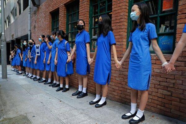 Hongkonskí študenti vytvorili živé reťaze na podporu protestujúcich.