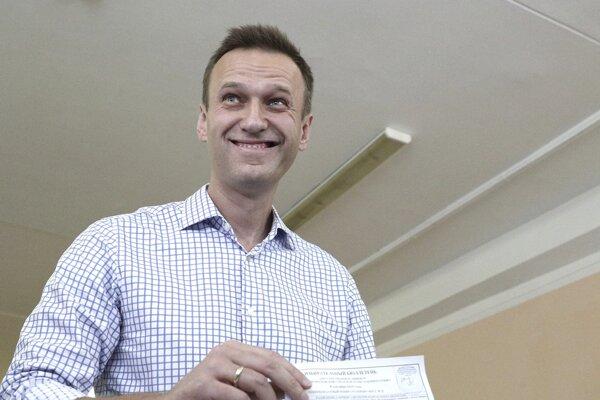 Ruský opozičný líder Alexej Navaľnyj hádže do urny svoj hlas počas hlasovania vo voľbách do miestnych a regionálnych zastupiteľstiev vo volebnej miestnosti v Moskve.