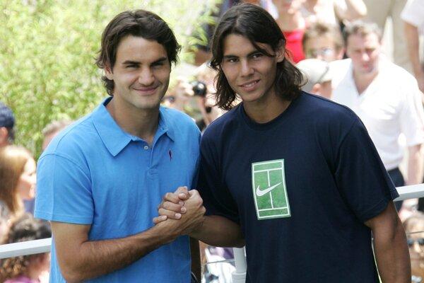 Švajčiar Roger Federer pózuje so Španielom Rafaelom Nadalom pred ich semifinálovým zápasom na Roland Garros v roku 2005.