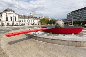 Inštalácia panvice pod sochou Zeme na Hodžovom námestí, na ktorej sa planéta symbolicky smaží. Panvicu umiestnila organizácia Greenpeace k celosvetovej kampani na ochranu klímy v Bratislave.