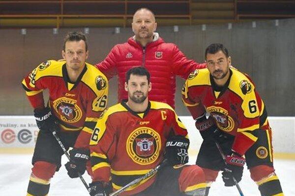 Tréner Ľubomír Hurtaj sa v novej sezóne môže oprieť o skúsené trio - Peter Huba, Miloš Bystričan a Jozef Kováčik.