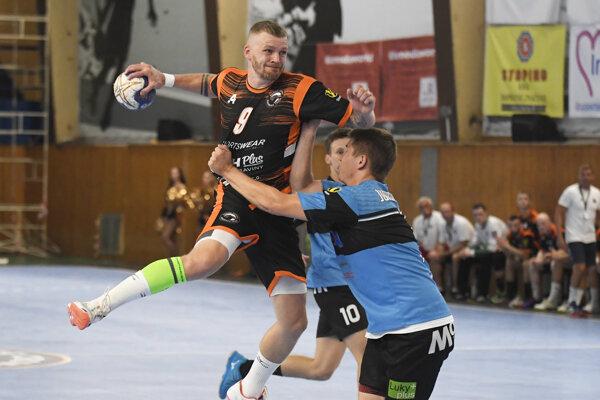 Vladimír Guzy (s loptou) vidí v hre svojho tímu ešte veľké rezervy.