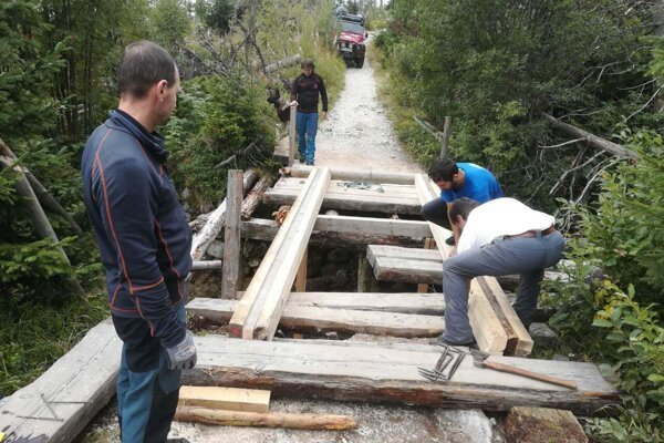 Most ponad Biely Váh opravili zatiaľ aspoň provizórne.