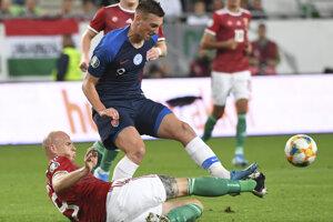 Róbert Boženík a dole hráč Maďarska Bolond Baráth v zápase kvalifikácie na EURO 2020 Maďarsko – Slovensko.