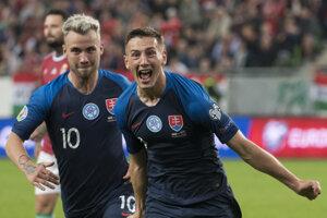 Róbert Boženík (vpravo) a Albert Rusnák oslavujú gól v zápase kvalifikácie na EURO 2020 Maďarsko – Slovensko.