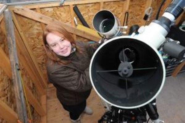Caroline Mooreová - najmladšia objaviteľka hviezdneho výbuchu v známej histórii - na mieste, ktoré má najradšej, s ďalekohľadom v domácom observatóriu na úpätí Catskillských vrchov neďaleko New York City, ktoré si vybudovali s otcom.
