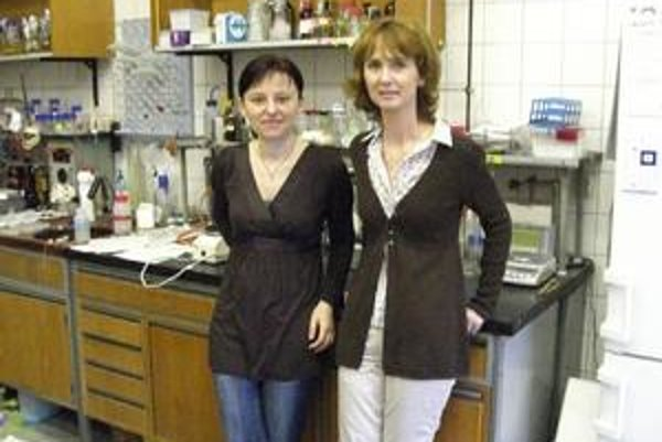 Jana Korduláková a Katarína Mikušová v skromne vybavenom laboratóriu.