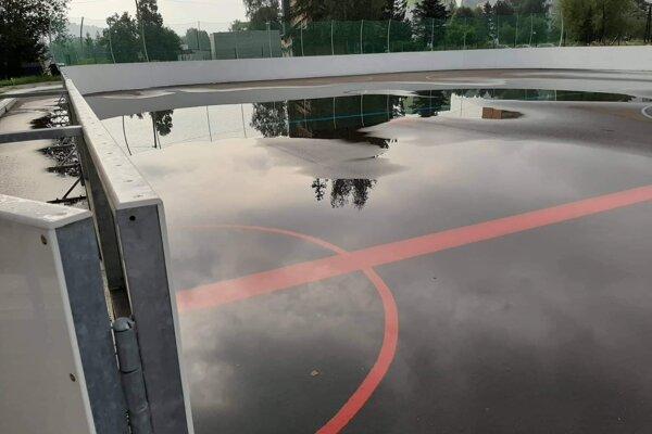 Z nového hokejbalového ihriska neodteká voda.