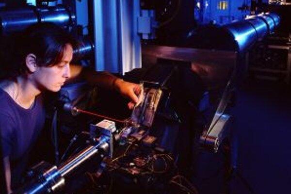 Bádateľka pri práci na dráhach lúčových zväzkov DUBBLE v Európskom zariadení pre synchrotrónové žiarenie v Grenoble.