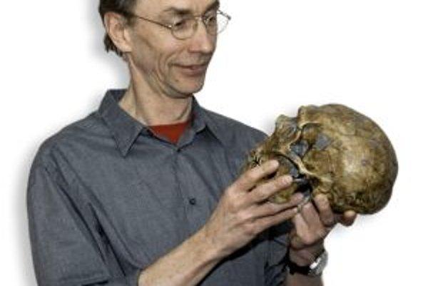 """Variácia na hamletovskú tému: """"Nepoznal som ho, ale rád by som ho spoznal!"""" Vedúci tímu, ktorý sekvenuje genóm človeka neandertálskeho - Svante Pääbo z Ústavu Maxa Plancka pre evolučnú antropológiu v Lipsku s lebkou neandertálca."""