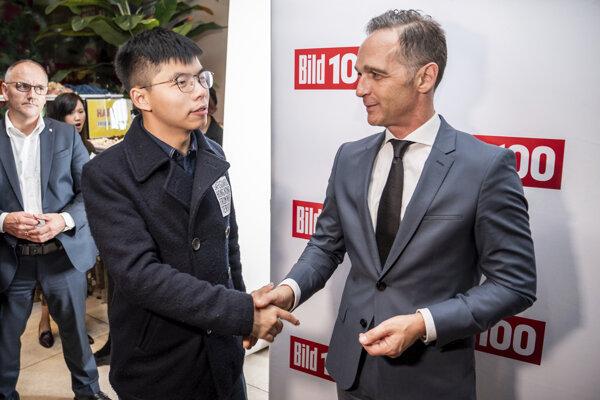 Hongkonský aktivista Chuang Č'-feng a nemecký minister zahraničných vecí Heiko Maas.