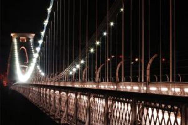 Most cez rieku Severn spája Anglicko s Walesom. Osvetlený je svetelnými diódami na báze gáliumnitridu. Pravdepodobne ide o vzor úsporného osvetlenia najbližšej budúcnosti.