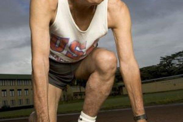 Charles Yogi z najväčšieho havajského ostrova Hawaii je napriek vysokému veku stále aktívny atlét. Patril do vzorky skúmanej Bradleyom Willcoxom (pozri text), pri ktorej sa prvý raz preukázal vplyv premenlivosti génu FOXO3A na ľudskú dlhovekosť.