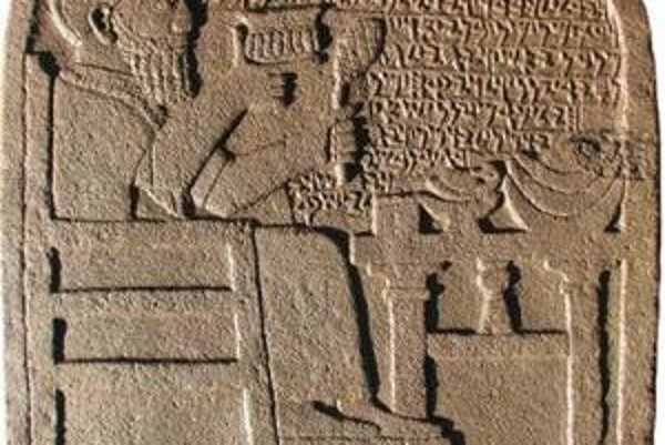 Čadičová stéla kráľovského úradníka Kuttamuwu z 8. storočia p. n. l., ktorá sa našla v zrúcaninách mesta Sam´al. Nápis v dosiaľ neznámom západosemitskom dialekte predstavuje najstarší známy doklad, že tamojší ľudia pojmovo oddeľovali dušu od tela.
