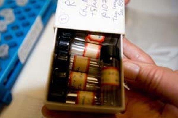Fľaštičky obsahujú vysušené chemické produkty Millerových pokusov.