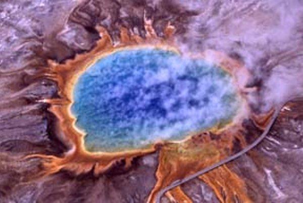 V horúcich prameňoch Yellowstonského národného parku v USA objavili nový druh baktérie, ktorá dokáže premeniť svetlo na chemickú energiu. Dostala názov Candidatus chloracidobacterium thermophilum.
