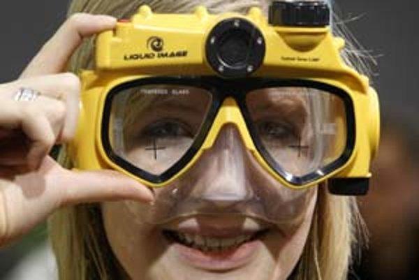 Potápači, ktorí chcú pod vodou fotiť, majú vďaka špeciálnym potápačským okuliarom o starosť menej – novinka predstavená na CeBIT-e im umožní vytvárať fotografie bez toho, aby museli v ruke držať fotoaparát.