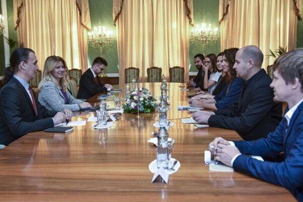 Prezidentka SR Zuzana Čaputová (druhá zľava) prijala zástupcov enviromentálnych organizácií a klimatických iniciatív v Prezidentskom paláci.