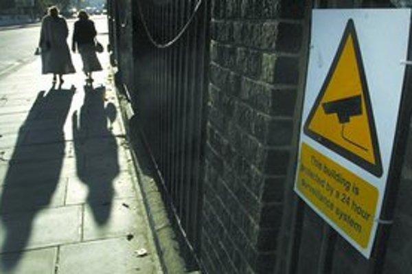 Radšej by ste išli po tmavej ulici chránenej kamerami alebo po takej, ktorá je osvetlená? Pýtajú sa odporcovia kamier.